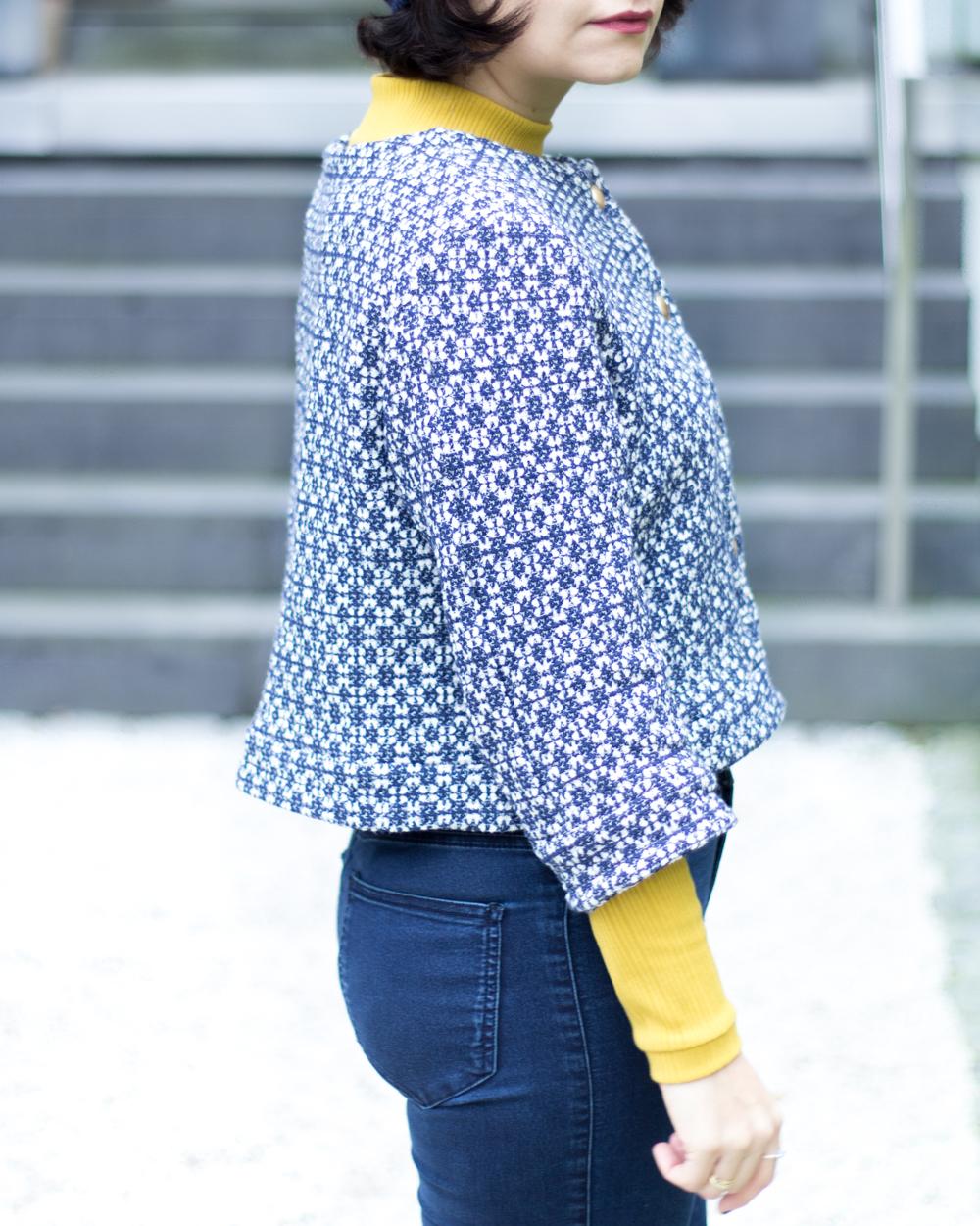 Kurzjacke nähen: Schnittmuster für eine Kurzjacke aus blau weißem Jaquardstoff - blau weiße Kurzjacke mit goldenen Knöpfen - Kurzjacke aus 1 Schnitt 10 Kleider