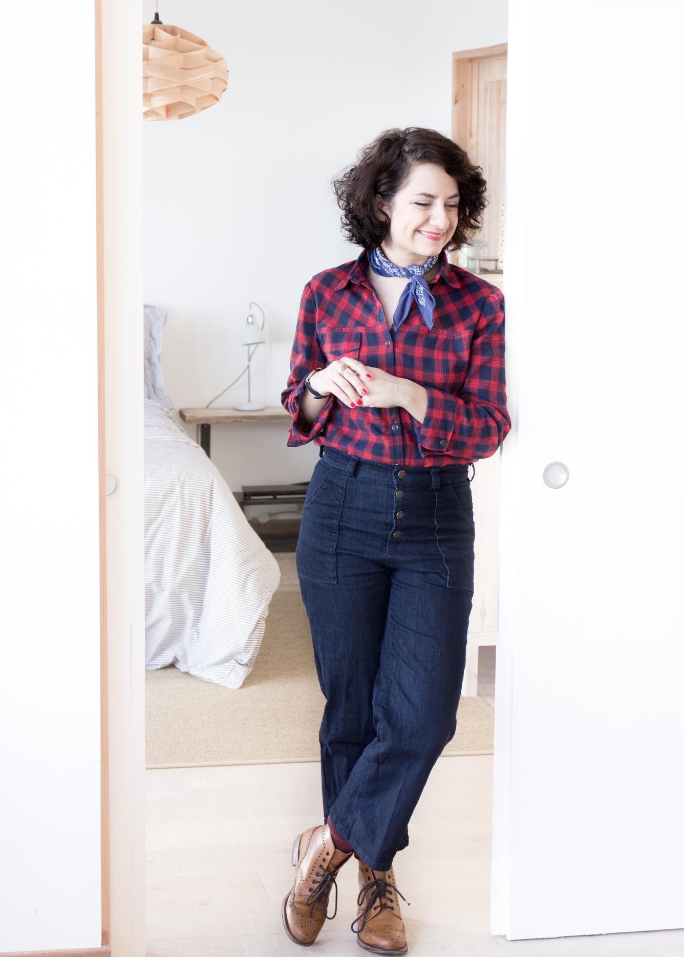 Jeans selbstnähen - 70er Jahre Jeans Schnittmuster Lander Pants von True Bias kombiniert mit rot blau karierter Flanellbluse - Tweed & Greet