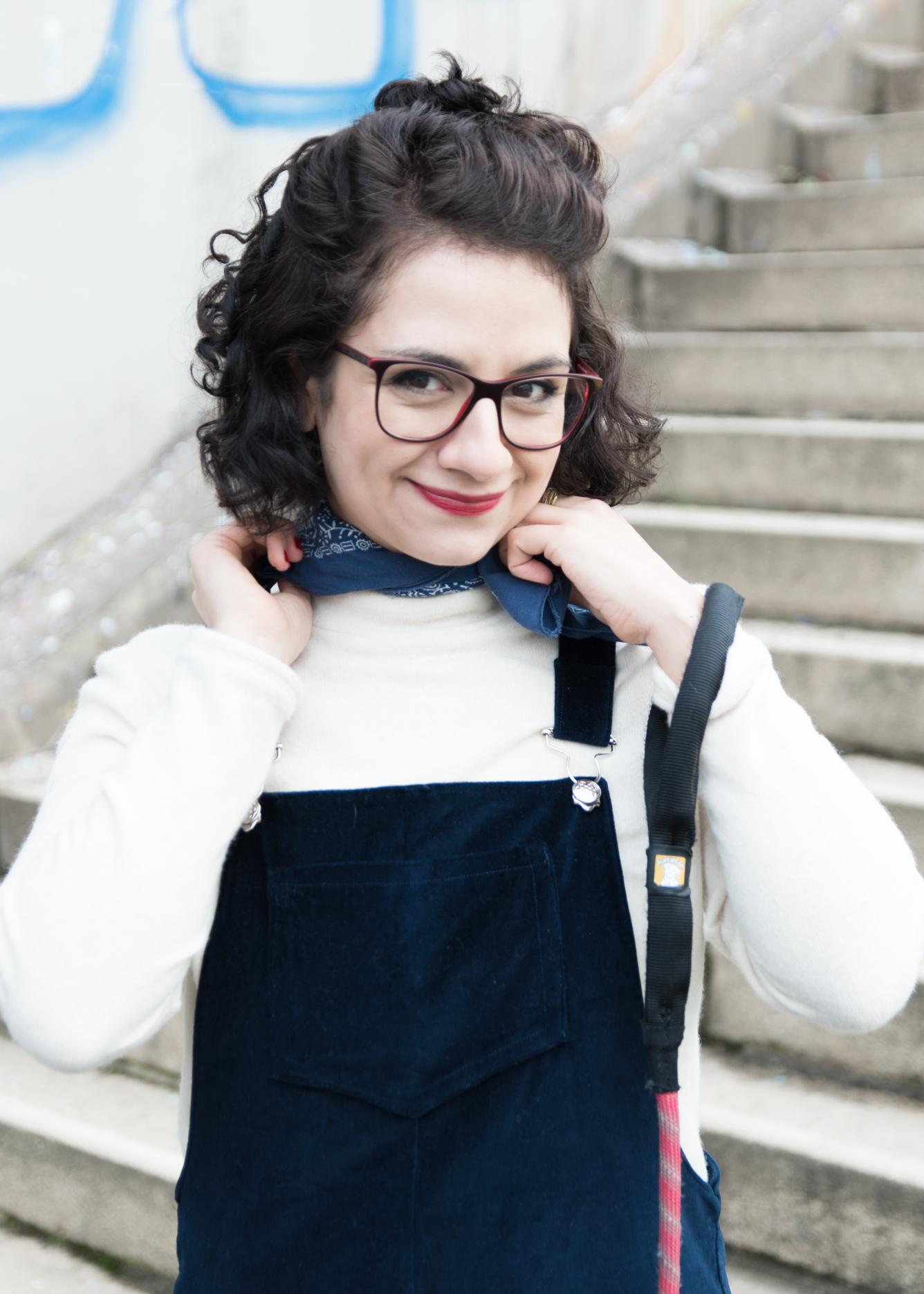 DIY-Fashion Look - Selbstgenähtes Latzkleid aus Samt mit weißem Rolli stylen - Tweed & Greet