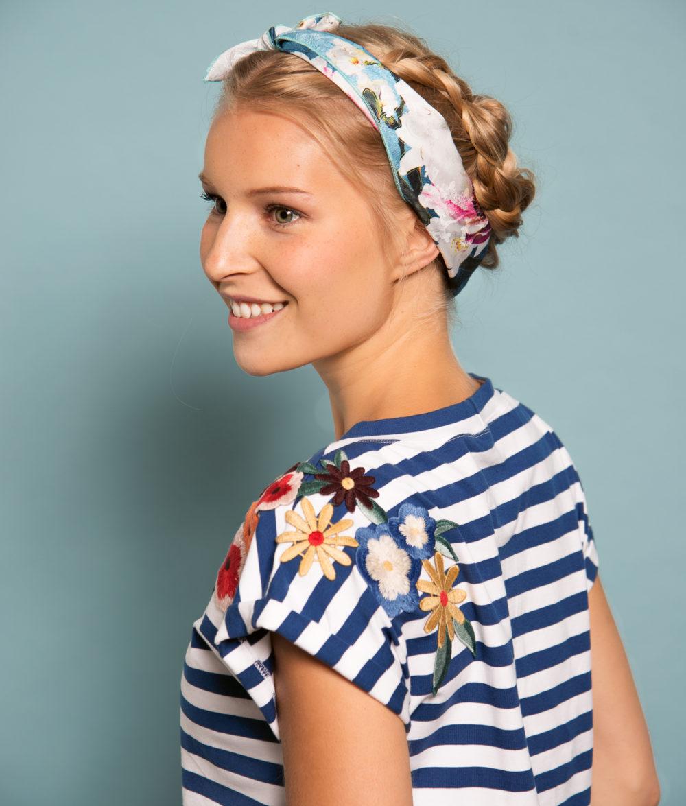 Hello Overlock Lässiges T-Shirt mit floraler Bügelapplikation