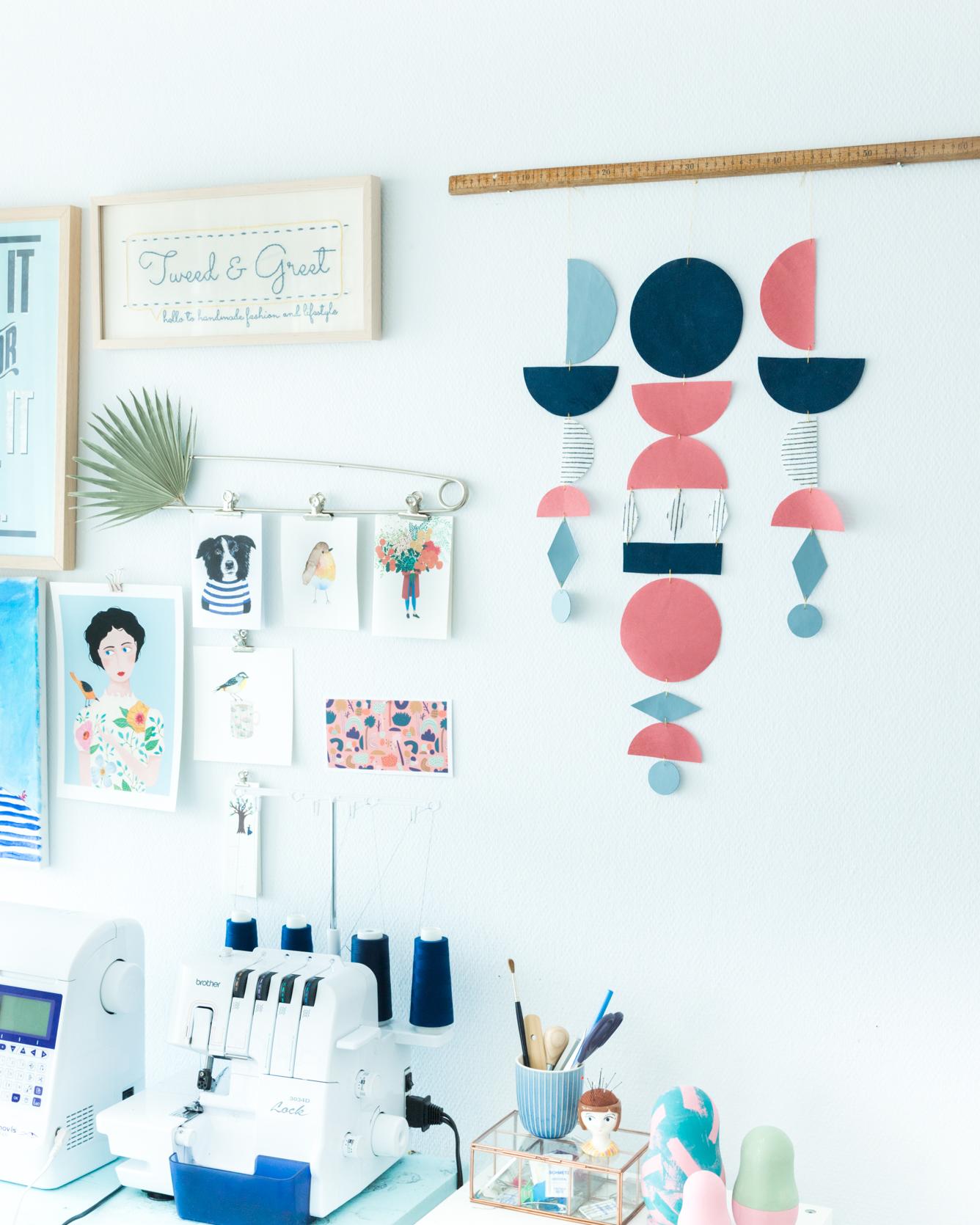 DIY Minimalistischer Wandschmuck aus Stoff - Minimalistisches Wandmobile aus Stoffresten