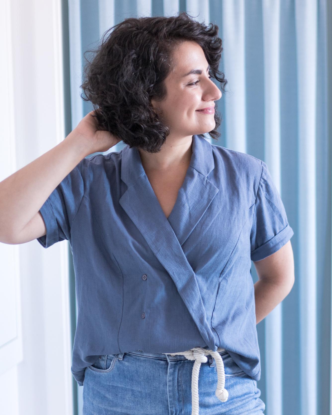 Schnittmuster Passiflore Bluse mit Reverskragen von Deer & Doe Patterns aus blauem Leinen inspiriert von Claire Fraser - Tweed & Greet
